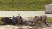 Chutes de roadsters dans la boue