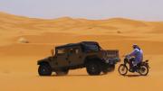 Une mob pourrit un Hummer dans les dunes